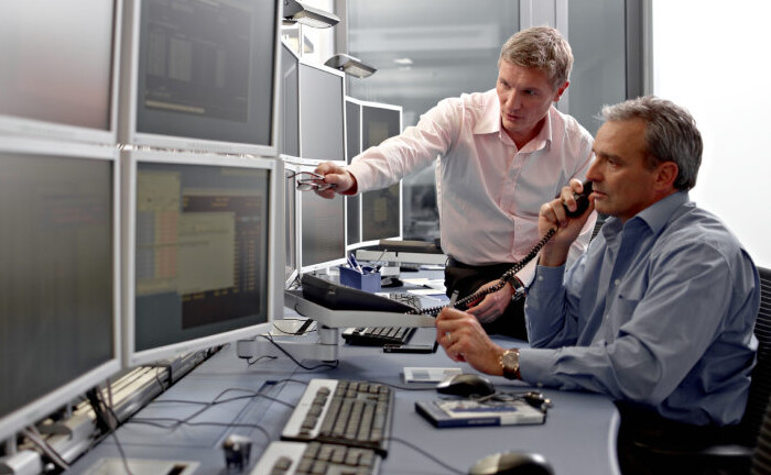 Zwei Wertpapierhändler gehen ihrer Arbeit nach: KC Risk, Dienstleister für Genossenschaftsbanken, sucht einen Wertpapierhändler. |© Deutsche Börse