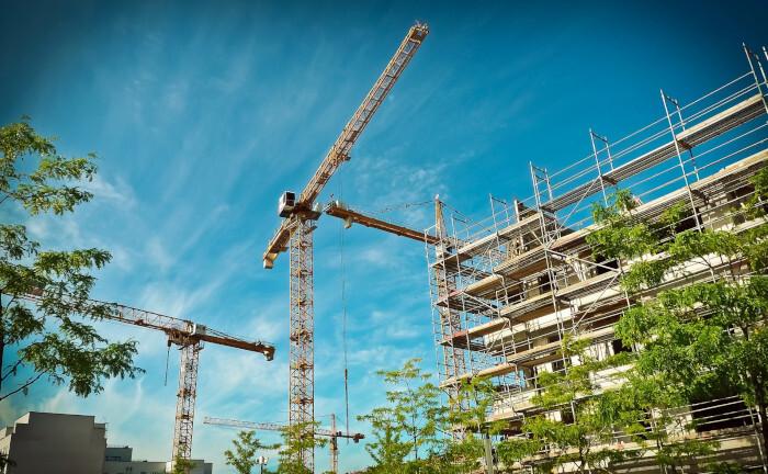 Kräne stehen auf einer Baustelle: Ein Versorgungswerk übernimmt mit Hilfe des Investmentmanagers Corestate ein Wohnimmobilienprojekt im hessischen Hanau.