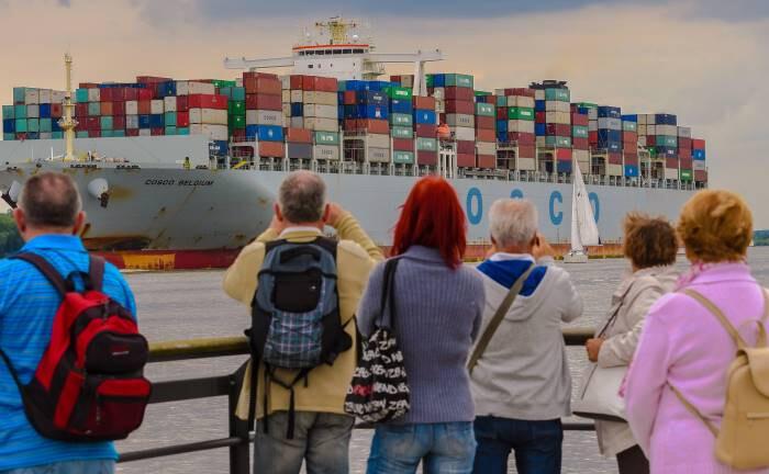 Containerschiff vor Hamburg: Trotz Brexit, Handelsstreit und Coronavirus verbucht das exportstarke Deutschland weltweit den größten Überschuss in der Leistungsbilanz.|© imago images / Winfried Rothermel