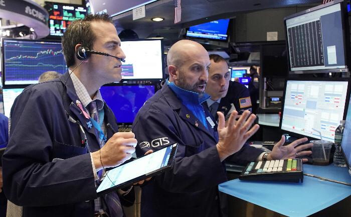 Händler auf dem Parkett der New York Stock Exchange (NYSE): Sorge bereiteten den Märkten 2019 inverse Zinskurven in den USA, weil Anleger diese als Rezessionssignal deuten.|© imago images / UPI Photo