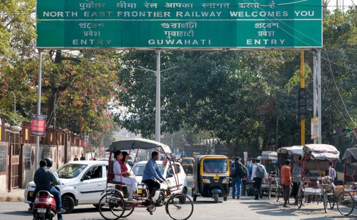 Straßenszene in Guwahati, Hauptstadt des indischen Bundesstaats Assam: Der Internationale Währungsfonds kategorisiert 150 Länder als Schwellenländer (emerging and developing economies), darunter Brasilien, Pakistan, die Volksrepublik China und Indien.