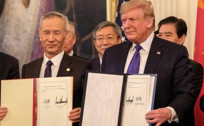 Mitte Januar 2020, Weißes Haus: Mit der Unterschrift unter den Phase-1-Deal sichert sich Xi Jinping ein prosperierendes China, um den sozialen Frieden zu wahren, Trump gewährleistet der Deal Wachstum und Jobs, um wiedergewählt zu werden.