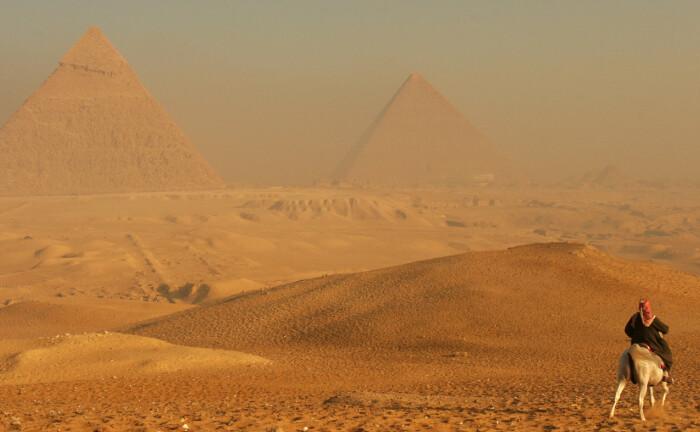 Die Pyramiden von Gizeh sind ein Wahrzeichen in Ägypten: Die Bank für Kirche und Caritas schließt das afrikanische Land aus seinem Anlageuniversum aus. Denn es hat die Chemiewaffenkonvention nicht ratifiziert. |© imago images / Greatstock
