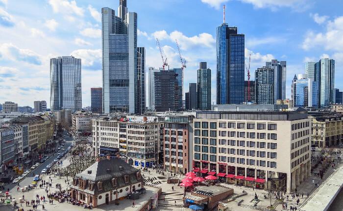 Fankfurter Skyline mit Bankentürme: Die hiesigen Institute prüfen die Einrichtung eines Solidarfonds, um ihre Schulden aus dem Cum-Ex-Skandal zu begleichen.|© Pixabay