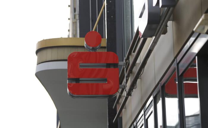 Logo einer Sparkasse in Berlin: Sparkassen können nun auch in das Kreditportfolio der Landesbank Hessen-Thüringen investieren.