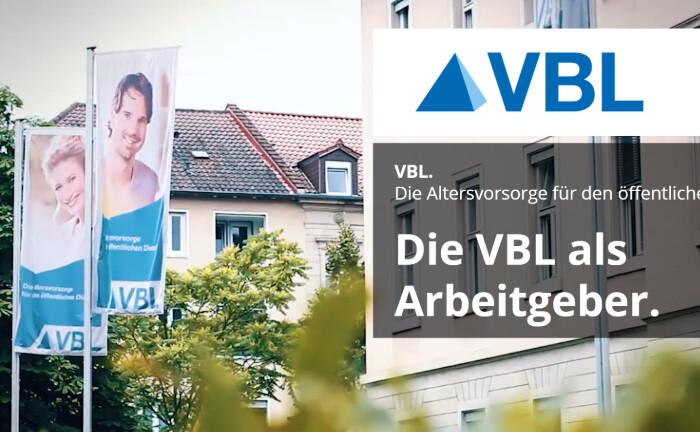 Fahnen wehen vor dem Bürohaus der VBL in Karlsruhe: Die Versorgungsanstalt sucht Mitarbeiter in der Kapitalanlageabteilung. |© VBL, Screenshot, Jobsaround.tv