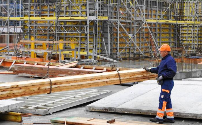 Bauarbeiter in Aktion. Mit geschlossenen Immobilienfonds werden zum Beispiel Projektentwicklungen vorangetrieben.