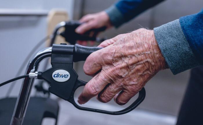 Die Hand eines über 90-jährigen Mannes umgreift den Griff eines Rollators: Die Landesbank Baden-Württemberg hat eine weitere Anleihe an Großanleger verkauft. Mit dem Erlös werden soziale Projekte refinanziert, zum Beispiel im Gesundheits- und Sozialwesen.