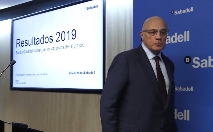 Josep Oliu, Präsident bei der spanischen Banco Sabadell, auf einer Pressekonferenz: Das Unternehmen verkaufte ihre Investmenttochter an Amundi.