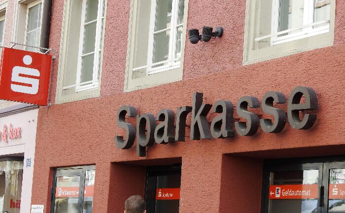 Sparkassen-Filiale im Ländlichen: Im sächsischen Vogtland sieht sich das örtliche Institut einer Klage von Verbraucherschützern ausgesetzt, die die Strafzins-Praxis für Neukunden stoppen soll.