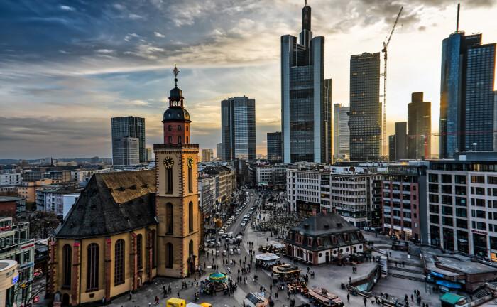 Blick auf das Bankenviertel in Frankfurt am Main, im Vordergrund die Katharinenkirche an der Hauptwache: Der Immobilienmanager Corestate will mit einer neuen Stiftung Umwelt- und Sozialprogramme in der Region Frankfurt am Main fördern.