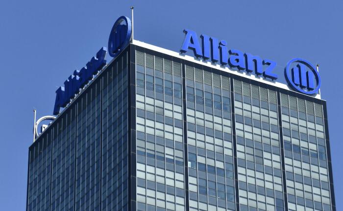 Allianz-Schriftzug an einem Büroturm in Berlin: Versicherungsgesellschaften der Allianz beteiligen sich an einem Portfolio mit Einzelhandelszentren auf der iberischen Halbinsel. |© Quelle: imago images / Schöning