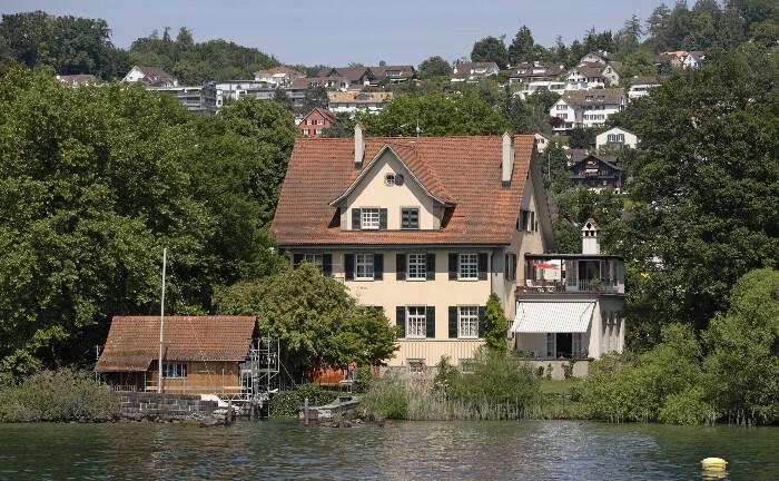 Villa in Kuesnacht Heslibach: Am Schweizer Zuerichsee hat die Bank am Bellevue ihren Sitz.|© imago images / Rupert Oberhäuser