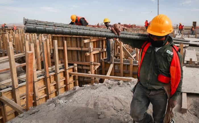 Arbeiter auf der Baustelle am Flughafen Santa Lucia in Mexiko City: Die institutionelle Stärke Mexikos dürfte sich fortsetzen.|© imago images / ZUMA Press