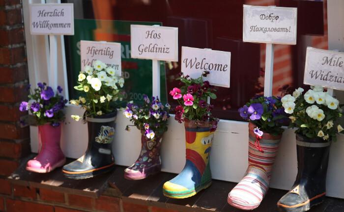 Kinder haben Blumen in ausgediente Gummistiefel gepflanzt: Der Investmentmanager Catella Real Estate legt einen neuen Nachhaltigkeitsfonds auf und kauft mit dem Geld Immobilien mit sozialer Nutzung – zum Beispiel Kindertagesstätten.