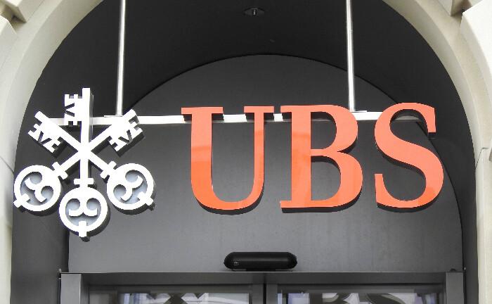 UBS-Logo an einer Schweizer Filiale: Bei der Großbank leitet Caroline Kuhnert die Vermögensverwaltung der Hochvermögenden in der Region Zentral- und Osteuropa.|© imago images / Geisser