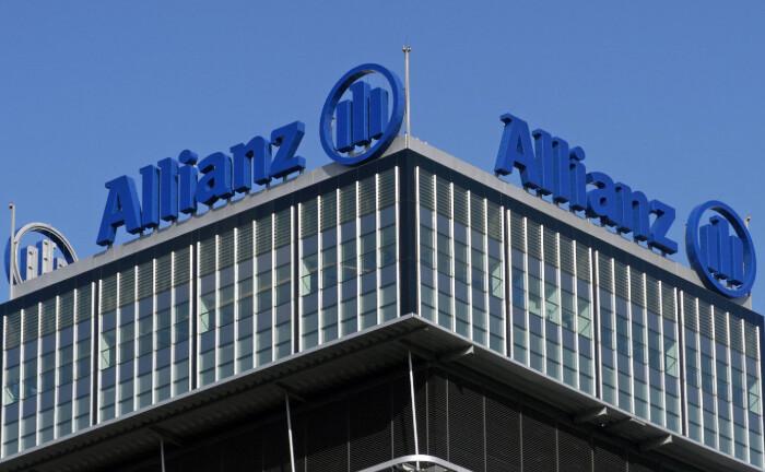 Schriftzug der Allianz an einem Bürohaus in Berlin: Die Allianz will ihr Immobiliengeschäft in der Asset-Management-Tochter Pimco bündeln.