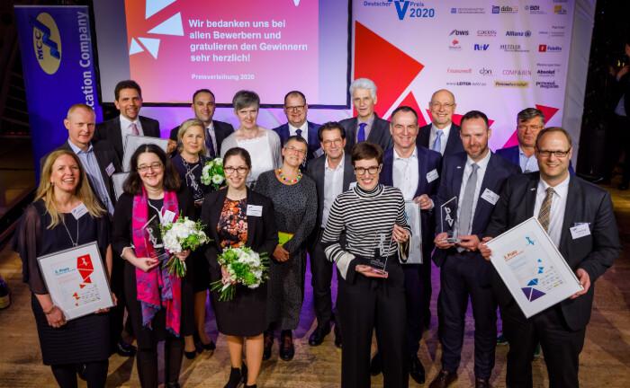 So sehen Sieger aus: Das Gruppenbild zeigt die Prämierten des diesjährigen bAV-Preises. |© Deutscher bAV-Preis