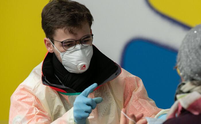 Corona-Ambulanz mit Laboruntersuchungen: Ein Mitarbeiter des Klinikums Stuttgart gibt Anweisungen.|© imago images / Lichtgut
