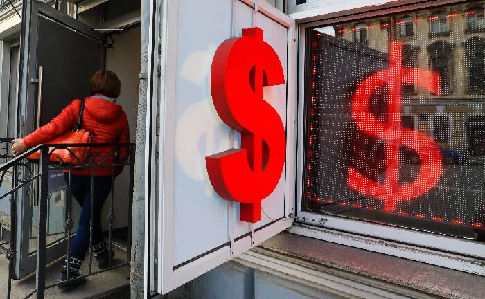 US-Dollar-Symbol: Der Fonds investiert in auf US-Dollar lautende, kurzlaufende Anleiheinstrumente.|© imago images / ITAR-TASS