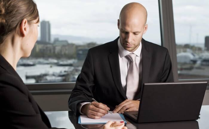 Kundengespräch: Fachliche, transparente Mindeststandards können dafür sorgen, dass Berater den Anlagebedarf der Kunden erkennen und angemessene Anlageempfehlungen geben.