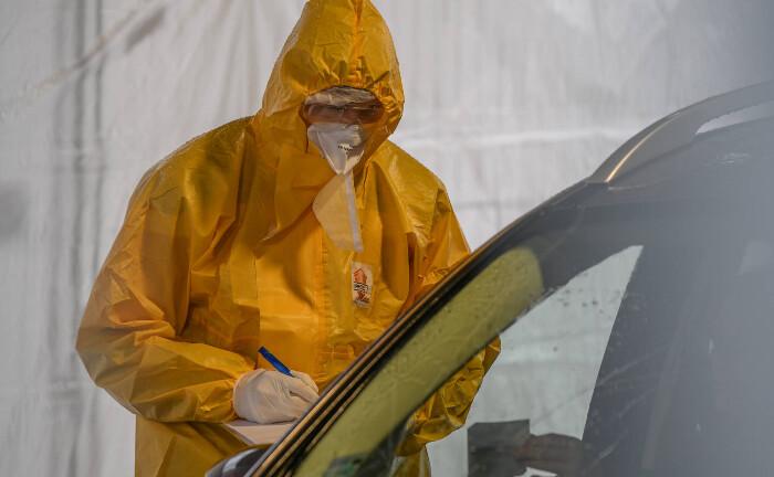 Corona-Testzentrum in Schwäbisch Gmünd: Patienten mit Verdacht auf eine Infektion mit dem Coronavirus SARS-CoV-2 lassen sich testen.|© imago images / onw-images