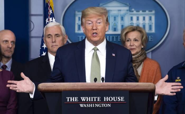 Donald Trump bei einer Coronavirus-Pressekonferenz: Sollte das US-Gesundheitssystem aus den Fugen geraten, dürften viele Trump-Anhänger zu der Einsicht gelangen, dass das Trump'sche Deal-Making die Probleme komplexer Systeme nicht löst.