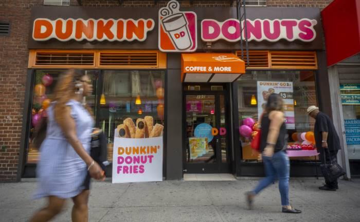 Shop der US-Schnellrestaurant-Kette Dunkin' Donuts in New York: Künftig haben nur diejenigen Lebensmittelkonzerne Chancen auf Gewinnwachstum, die das Thema Adipositas konsequent angehen, ist Solange Le Jeune von CANDRIAM überzeugt.|© imago images / Levine-Roberts