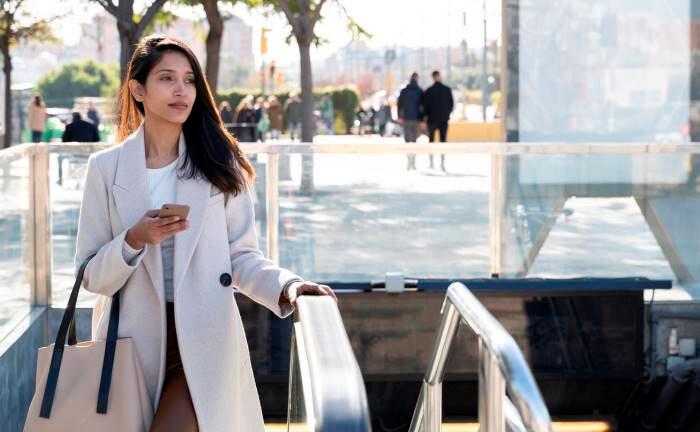 Frau in Indien auf dem Weg zur Arbeit: Weibliche Vorstände sind in der Wirtschaft des Subkontinents unterrepräsentiert.