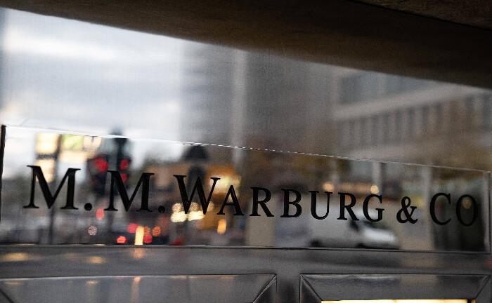 Warburg-Schriftzug am Eingang der Hamburger Zentrale: Die Privatbank muss gut 176 Millionen Euro Steuerschulden zahlen, urteilt das Landgericht Bonn im ersten Cum-Ex-Strafprozess.