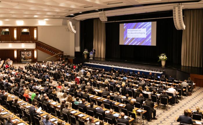 Dicht gedrängt sitzen die Teilnehmer der Aba-Jahrestagung 2019 nebeneinander. In diesem Jahr fällt die Konferenz aus. |© Screenshot, Aba