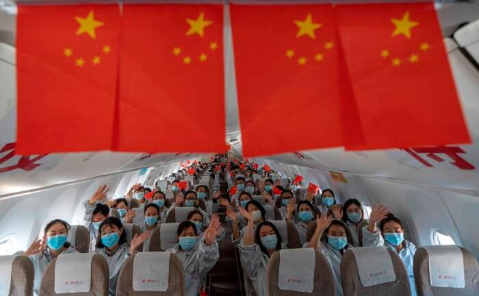 Medizinisches Personal auf dem Rückflug aus Wuhan in die Heimat: In vielen Provinzen Chinas wird die Produktion nach dem Abebben der Epidemie wieder hochgefahren.|© imago images / Xinhua