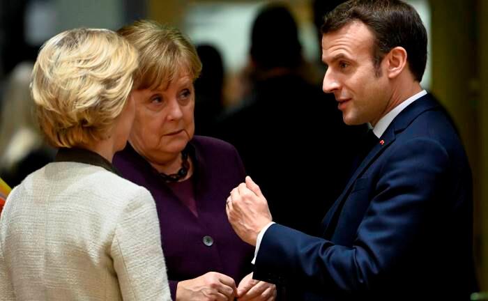 EU-Kommissionspräsidentin Ursula von der Leyen, Bundeskanzlerin Angela Merkel und Frankreichs Staatspräsident Emmanuel Macron (v.l.): Die fiskal- und geldpolitischen Maßnahmen werden es der Wirtschaft ermöglichen, sich nach der Krise rasch wieder zu erholen.