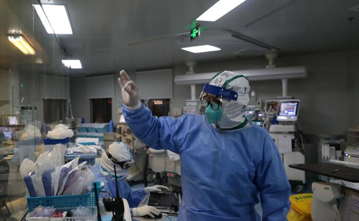"""Ein Arzt signalisiert nach einer Behandlung eines Covid-19-Patienten """"Ok"""": Capco rät Vermögensverwaltern für ihre Kunden da zu sein, damit sie sich finanziell stabil fühlen."""