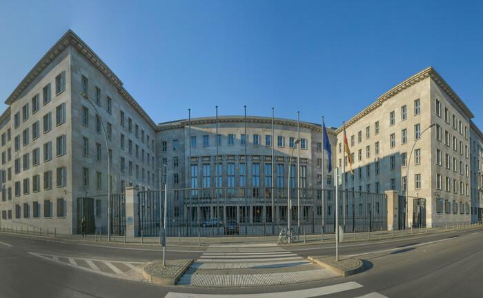 Sitz des Bundesfinanzministeriums in Berlin: Der Bund wird in diesem Jahr deutlich mehr Schulden machen als ursprünglich geplant.