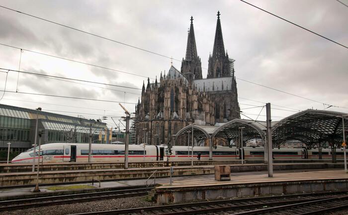 Der Kölner Dom, davor der Hauptbahnhof: Das Büro des Landert Family Office in der Rheinmetropole heißt jetzt Salytic Invest und findet sich in der St.-Apern-Straße 26.|© imago images / Ralph Peters