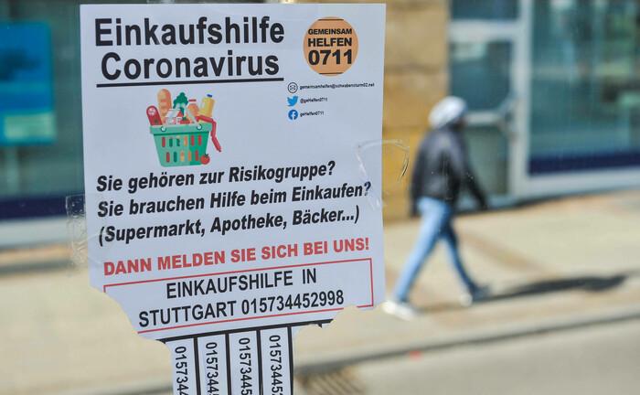 Einkaufshilfe-Angebot in Bad Cannstatt, Wilhelmsplatz: In der Corona-Krise bieten Freiwilige in der Stadt Stuttgart und Region Nachbarschaftshilfe für Personen, die zur Risikogruppe gehören.|© imago images / Lichtgut