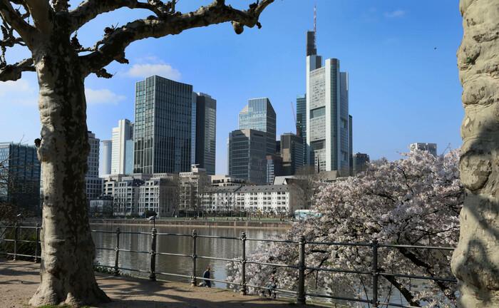 Blick auf das Frankfurter Finanzzentrum mit dem Commerzbank-Tower rechts im Bild: Der in Frankfurt ansässige Analystenverband DVFA hat Leitlinien für treuhänderische Verantwortung entwickelt.