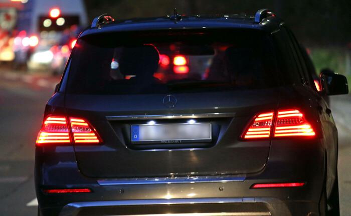 Ein Mercedes-Fahrer steht gemeinsam mit anderen im Stau: Der Fahrzeugbauer Daimler nutzt Commercial-Paper-Programme, um kurzfristig Liquidität zu beschaffen; doch dem Markt droht eine Zwangspause. |© imago images / Gottfried Czepluch