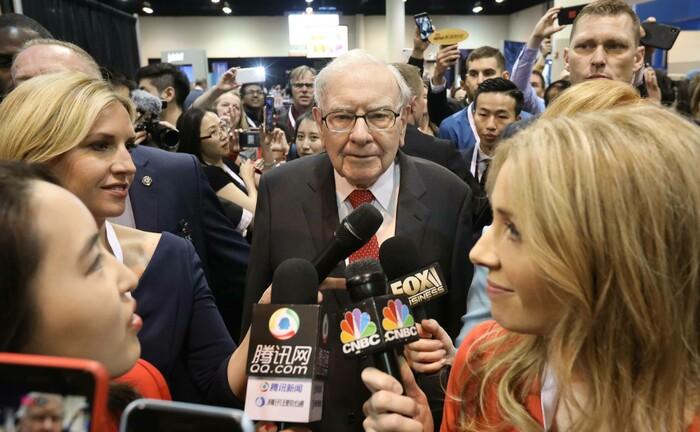 Warren Buffett (M.) auf der Hauptversammlung von Berkshire Hathaway: Der Milliardär verbuchte Vermögenseinbußen in zweistelliger Milliardenhöhe.|© imago images / Xinhua