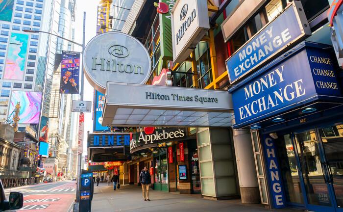 Hilton Hotel am Times Squares: Wie hier in New York haben auch alle anderen Häuser der Kette mit ausbleibenden Buchungen zu kämpfen, entsprechend ging es für die Aktie des NYSE-Titels in der Corona-Krise um fast 40 Prozent abwärts.