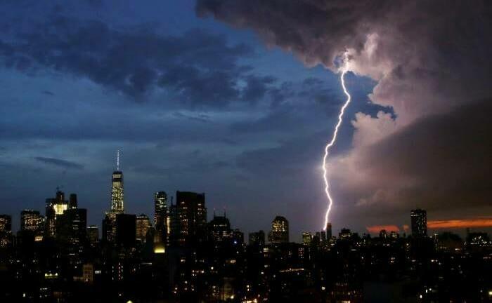 Gewitter über der Skyline von Manhattan: Wie groß wird der wirtschaftliche Schaden angesichts der verheerenden Auswirkungen des Virus?im|© imago images / UPI Photo