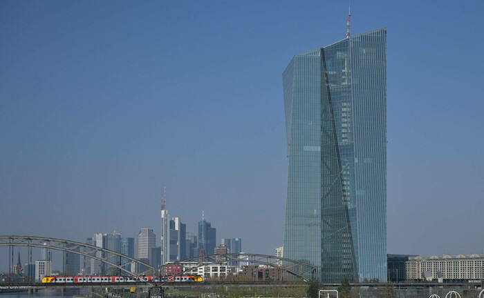Sitz der EZB in Frankfurt am Main: Die Europäische Zentralbank ruft Banken dazu auf, zunächst keine Dividenden auszuschütten. |© imago images / Jan Huebner