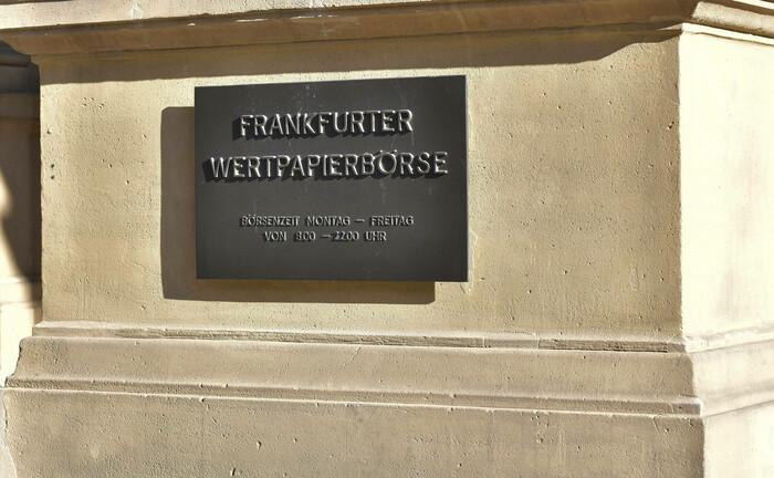 Tafel an der Frankfurter Wertpapierbörse:  Das Gesetz zur Umsetzung der zweiten Aktionärsrechterichtlinie soll die Mitwirkung von Aktionären verbessern.