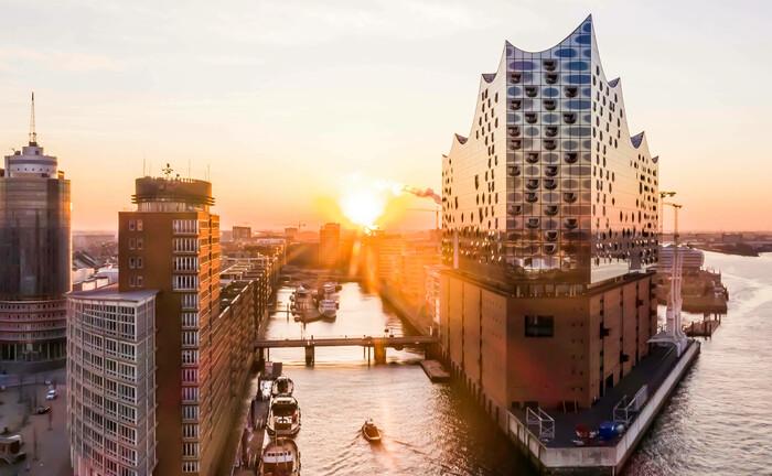 Die Elbphilharmonie ist ein Wahrzeichen von Hamburg: Die Hansestadt bleibt das Bundesland mit den meisten Stiftungen im Verhältnis zur Zahl der dort lebenden Menschen. |© imago images / Hoch Zwei