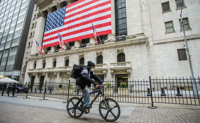 Radfahrer in New York: Corona hat die Börsen fest im Griff.