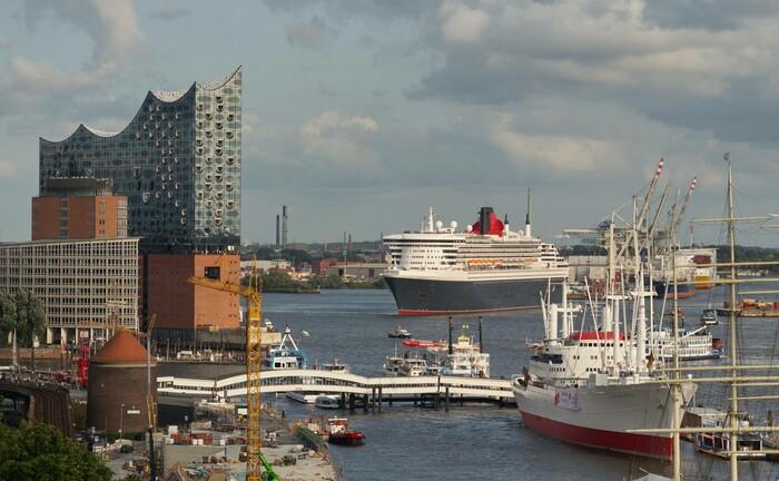 Queen Mary vor dem Wahrzeichen Hamburgs, der Elbphilharmonie: In der Hansestadt hat der Vermögensverwalter Lunis sein Team erweitert