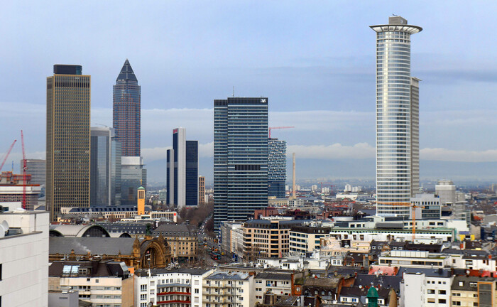 Skyline von Frankfurt mit Blick auf den Messeturm (2.v.l.) und die Hauptverwaltung der DZ-Bank (r.): Das genossenschaftliche Zentralinstitut steigerte 2019 sein verwahrtes Fondsvermögen um rund 18 Milliarden Euro.