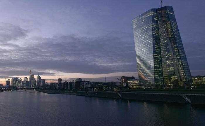 Die Europäische Zentralbank (EZB) in Frankfurt am Main: Durch den hohen Anteil von Staatsanleihen, den die Zentralbanken halten, dürften deren Renditen weiter sinken.