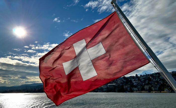 Schweizer Fahne weht am Heck eines Ausflugsdampfers auf dem Zürichsee: Ein Großteil der Schweizer Vermögensverwalter arbeitet derzeit im Homeoffice.